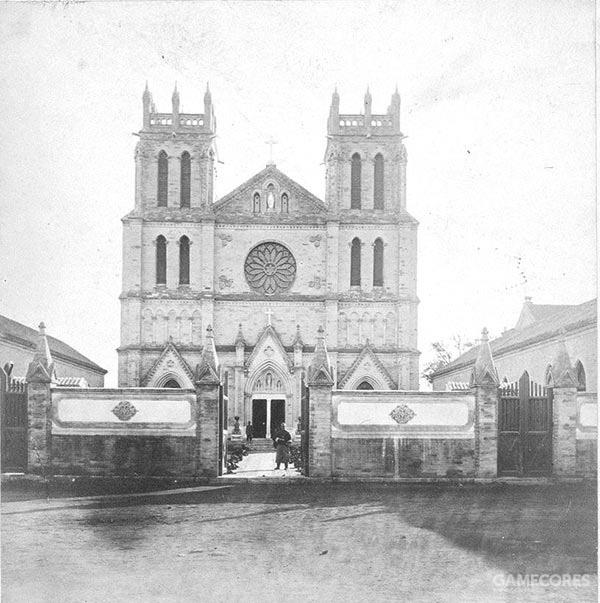 蚕池口教堂,原位于中南海的西畔蚕池口,即今天国家图书馆古籍馆的斜对面,在中南海范围内。清康熙年间,清廷批准教会在此建堂。后来由于一系列纷争,教会房产被朝廷收回并拆除。直至第二次鸦片战争后,教会才得以在此复建房产,新的教堂于1866年落成