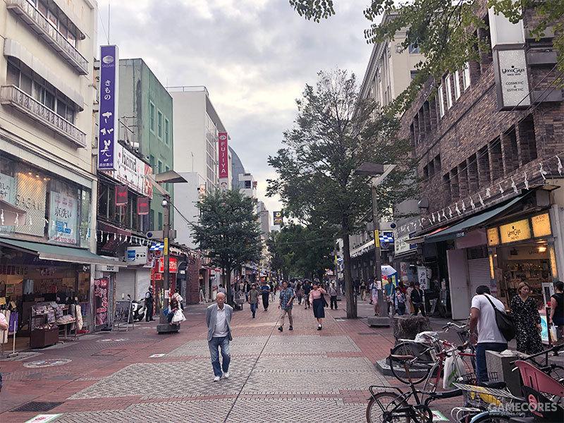 即便是星期六,说实话当时这条街的人气也无法与东京的各大人气购物街相比,更不要说歌舞伎町,可能是当时别的地区有其他活动正在举办的缘故吧