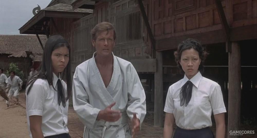 《金枪客》这幕中右边的邦女郎就是《功夫》里饰演包租婆的元秋