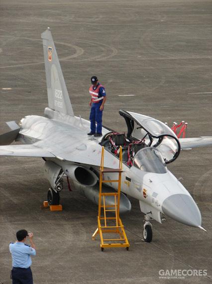 双座型F-CK-1B,整体式座舱盖向左打开