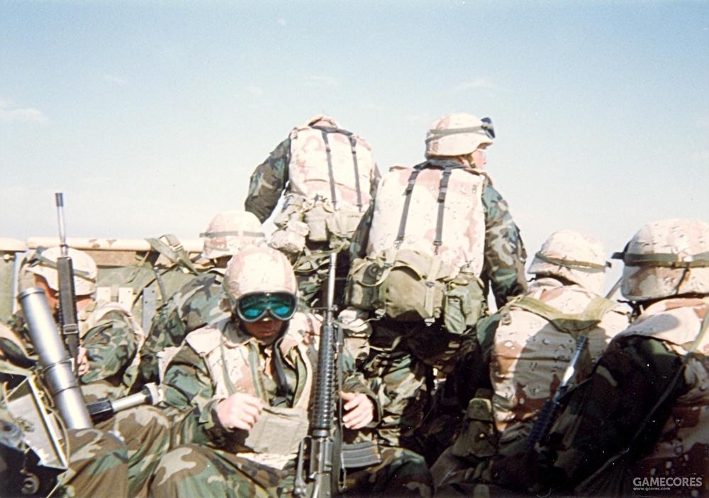 整备中的陆战队员。他们身穿的H型背带其实并非公发品