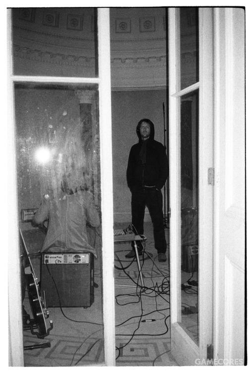 "Jonny 于2006年9/10月的 In Rainbows 录制期间在 Tottenham House 的""round room"" 配合他的马特诺琴使用 Ashdown 音箱。[3]"