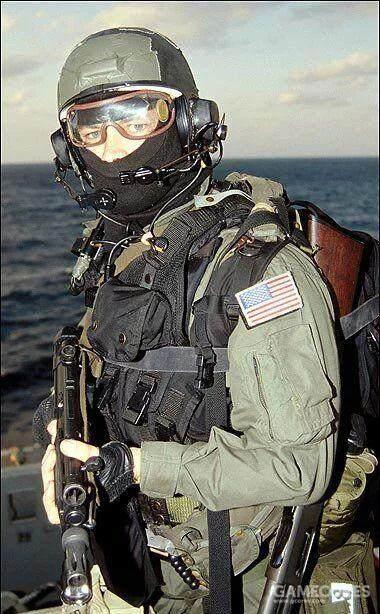 这张流传甚广的照片展示了90年代美国海军海豹特种部队执行VBSS任务时的典型装备配置:PROTEC抗冲击头盔、马术风镜、CWU-27/P阻燃连体服和ABA模块化背心——XOF的装备设定几乎完全就是按照这套来的