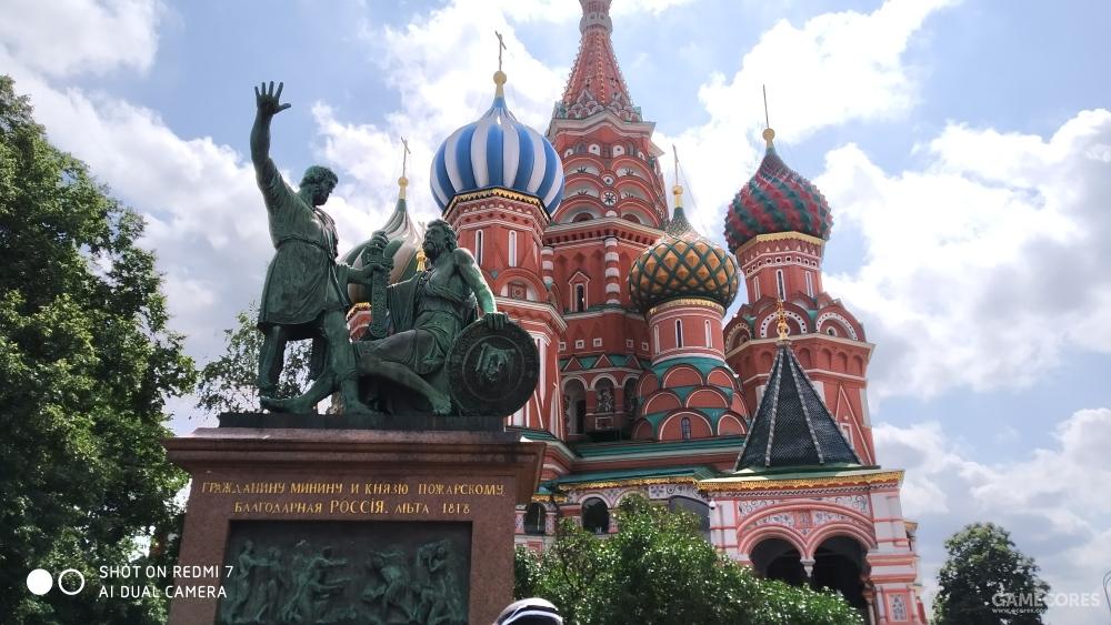 米宁和波扎尔斯基纪念碑(Памятник Минину И Пожарскому)和背后的瓦西里升天教堂