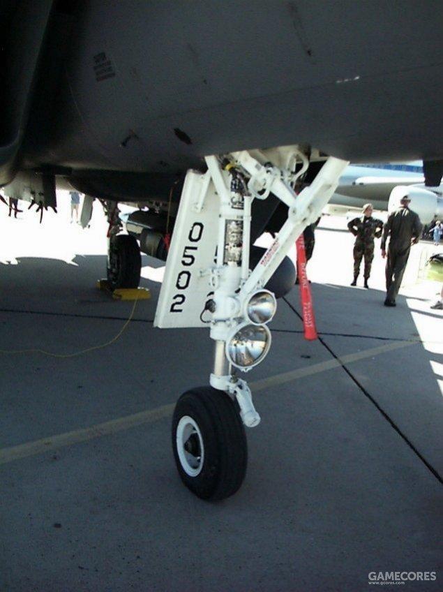 如YF-23的前起落架便是取自F-15。其他诸如燃油泵得各种子系统来源涵盖了从教练机到直升机乃至航天飞机在内各种现成型号的货架部件。
