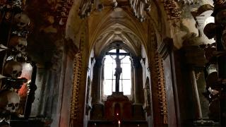 捷克最终流浪之旅:这里有满是人骨的教堂,还有漆黑一片的深坑