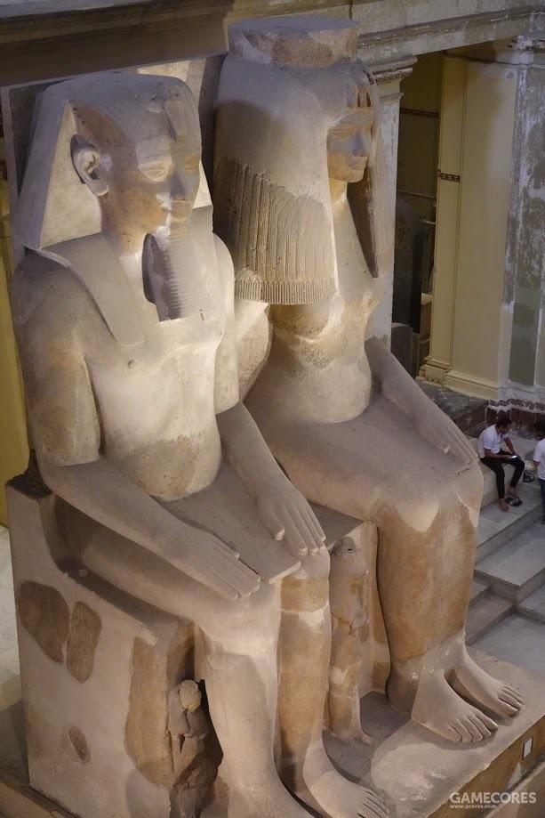阿蒙霍特普三世和王后泰伊的七米巨像,塑于公元前1360年;后边坐的人可作为参照物