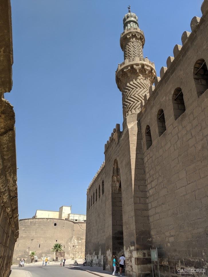 宣礼塔筑在门顶,与后世清真寺的形制不同