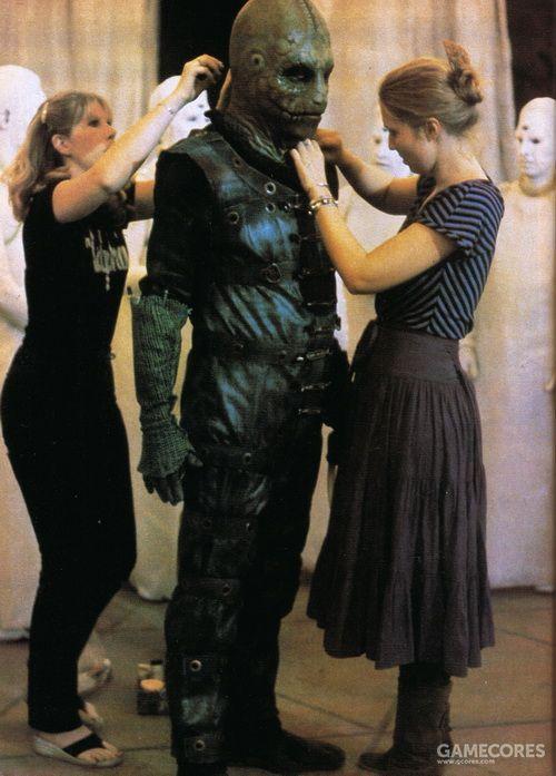 工作人员在调整卡曼的戏服