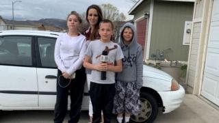 13岁男孩为给辛劳母亲买车,挣钱打工还卖了XBOX