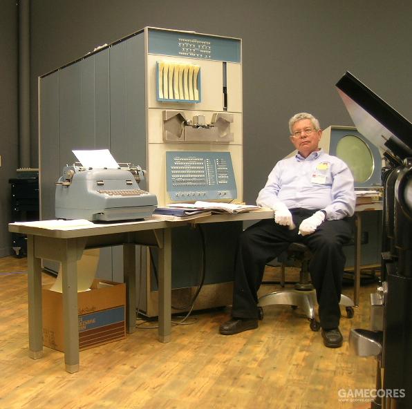 计算机历史博物馆中的 PDP-1 和《太空大战》的创造者史蒂夫·拉塞尔
