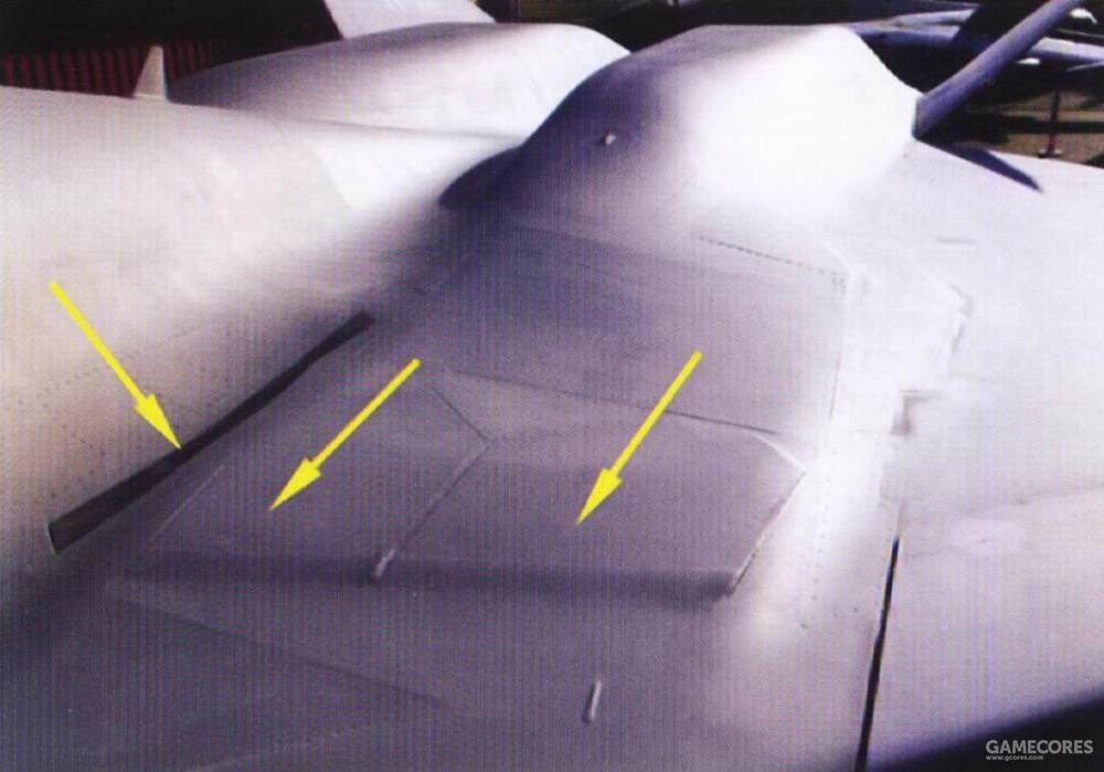 低速时,边界层气流从固定式排气槽排出,而当机体处于高速状态时,飞控计算机会自动打开活动式排气门来排除边界层气流。
