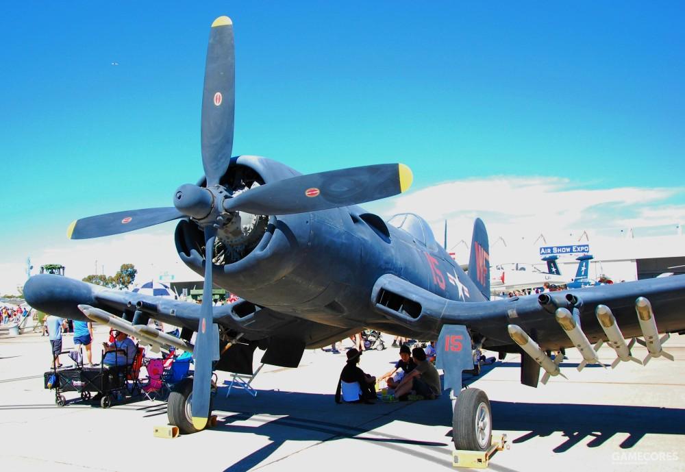 F4U-5N,翼下还挂着HVAR火箭弹。执行轰炸任务时,该机可在翼下挂载2枚1000磅炸弹或在中线挂载1枚2000磅炸弹