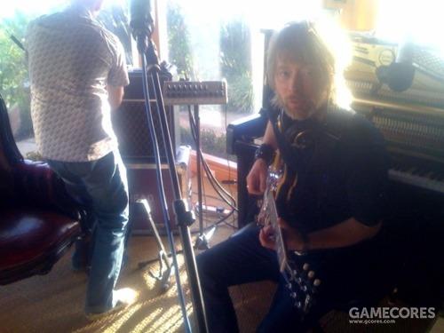 一张照片:The King of Limbs 录制期间,Thom 弹着他的吉他。
