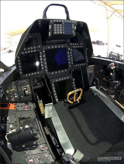 PAV原型机作为设备并不完整的测试专用机,实际上从基础的操纵逻辑方面就与之后正式的量产机不同。因此之后正式的量产机F-22A的座舱仪表设计和YF-22几乎完全不同。