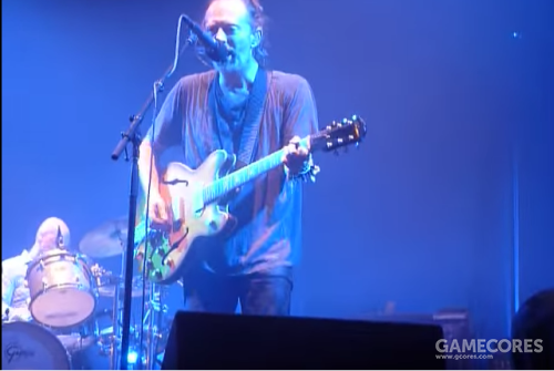 Thom 在2016年10月4日的 Mexico City 演奏 The Bends 时弹着他的 Epiphone Casino '二号'(YouTube)。