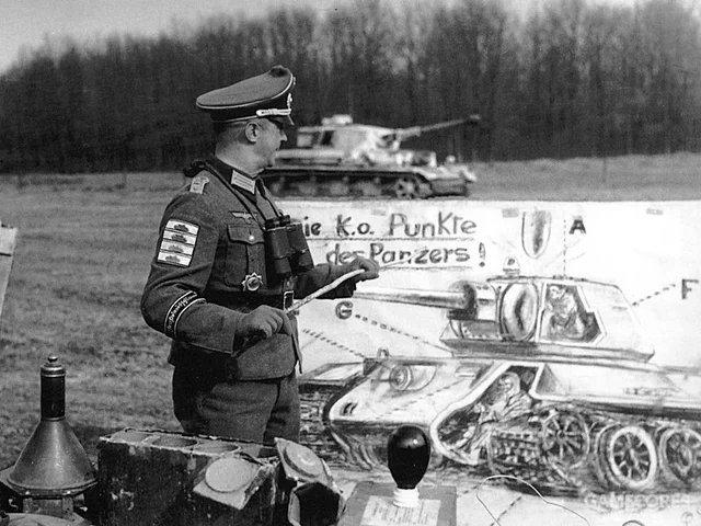"""德军也并非一直""""高大上"""",图为德军在学习如何找到T34坦克的弱点"""