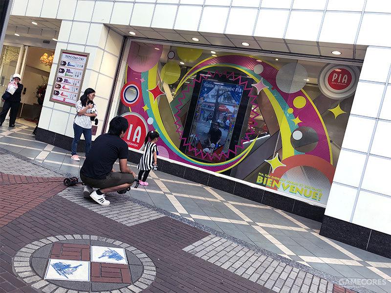 橱窗中的互动显示屏可以供行人们在馆外和屏幕上的动画角色进行游戏互动,这一家子当时就玩得不亦乐乎