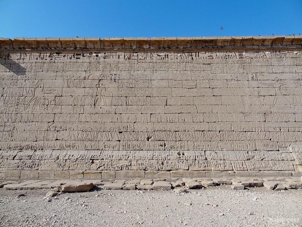 梅迪内哈布的东北外墙