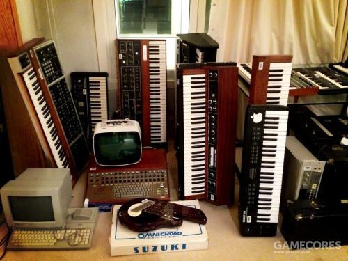 一张照片:Nigel 在2013年5月25日发布于他的推特账号,时间是购买 Native Instruments Komplete(来自 twitter)后。照片中那台 Crumar Orchestrator 位于 Korg Poly-Ensemble P PE-1000后面,右方是 Sequential Circuits Prophet 5。Nigel 当时说他在买了软件后得把这些键盘都卖了,但2016年 A Moon Shaped Pool 巡演中出现的 Prophet 5证实了他原本是在开玩笑。
