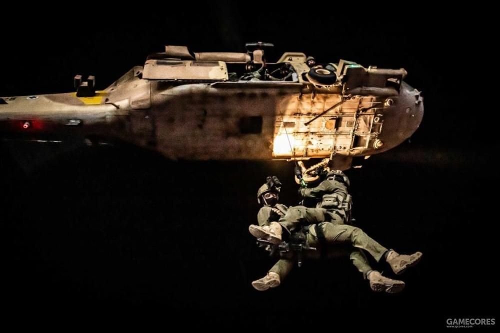 夜间,669中队队员正在训练索降