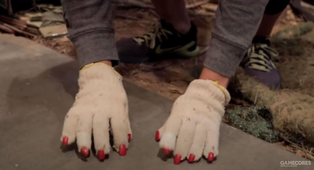 用黏上假指甲的手套模拟蜘蛛爬行声