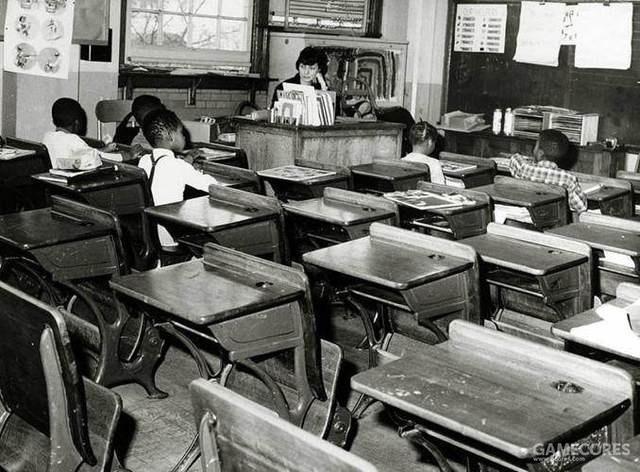 一个班级白人男生为了抵制有色人而辍学不来上课,一个班只有几名有色人种学生。1964年在美国学校拍摄。