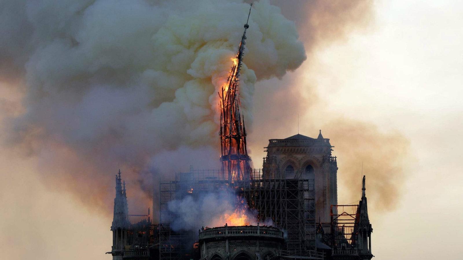 巴黎圣母院于北京时间今日凌晨发生大火,屋顶目前已经全面坍塌