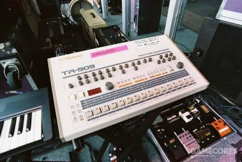 在右边是 Colin 的前-In Rainbows 时期用效果器板。上面的是 Roland TR909鼓机。