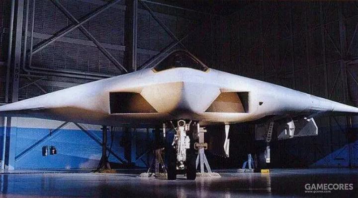A-12的斜切进气口上下边缘与机翼前缘平行,外侧边缘垂直而内侧边缘则和下侧边缘呈48度夹角。进气口的雷达反射波会和机翼整体的反射波汇合。A-12看似更为简单的设计,背后反映的却是相关领域理论与技术共同进步的结果。