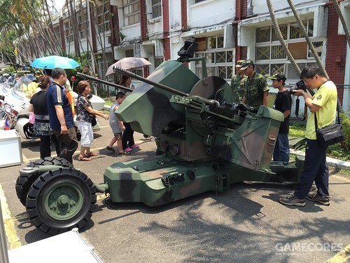"""类似美国将""""小檞树""""与M163""""火神""""搭配,射程互补;台湾也将""""羚羊""""与T-82双联20毫米高炮搭配"""