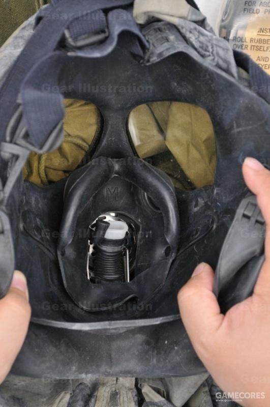 M17A1防毒面具内衬,白色是人工呼吸管,黑色是饮水管