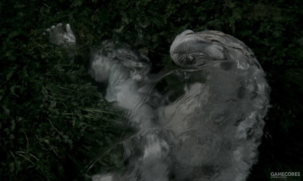 水草轻抚着人造的天使