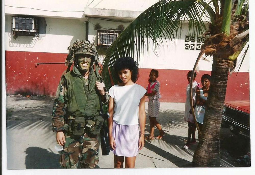 一名第七步兵师的士兵和巴拿马当地人的合影。注意这名士兵还身穿着越战时期的M1969护甲
