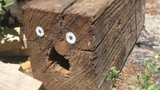 """点缀生活中所见的残缺,街头艺术家 Smynal 和他的""""快乐贴纸"""""""