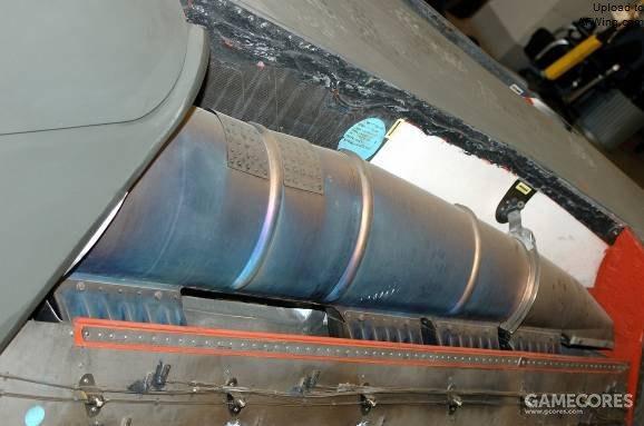 高温的发动机废气通过管道系统导向尾梁。