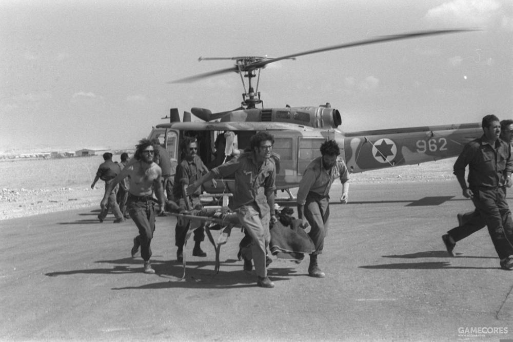 赎罪日战争期间,几位士兵正从一架贝尔205上撤下伤员