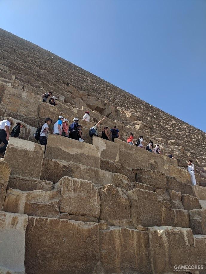 站在巨石上的人们