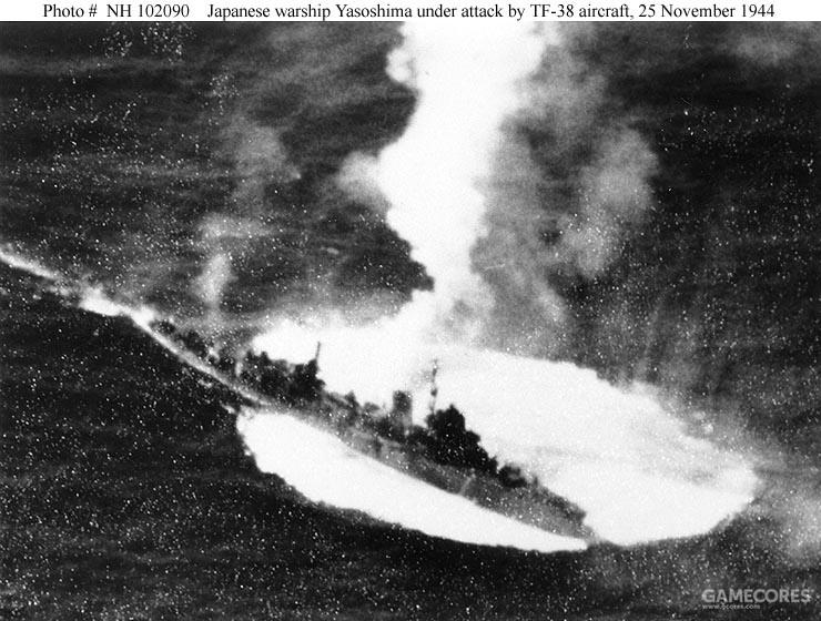 在美国的TG.38行动报告中,八十岛号被舰载机攻击的照片