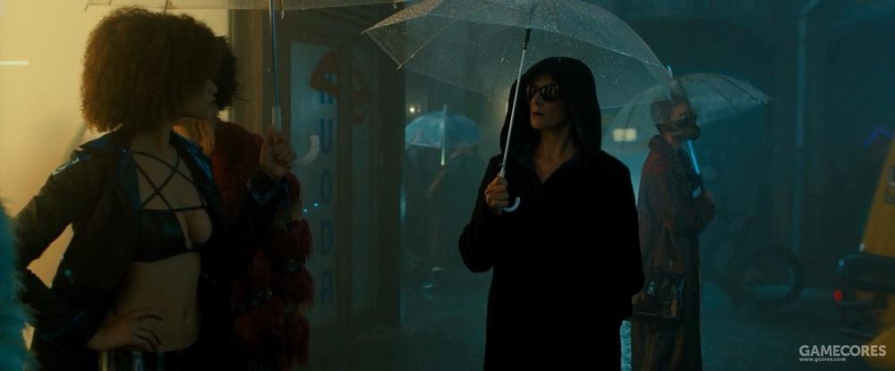 三十年老牌子的荧光雨伞(右边行人的伞骨)