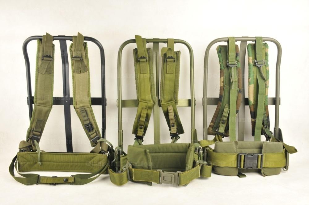 三套不同年代的背架。背架表面处理工艺、背带和腰带都有不同