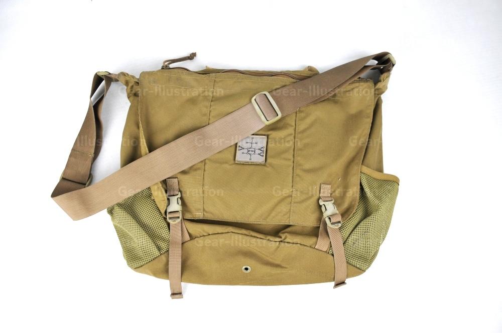 笔者最喜欢的信使包,Eagle Industries的Courier Bag,背带两端是缝死的,无法开环