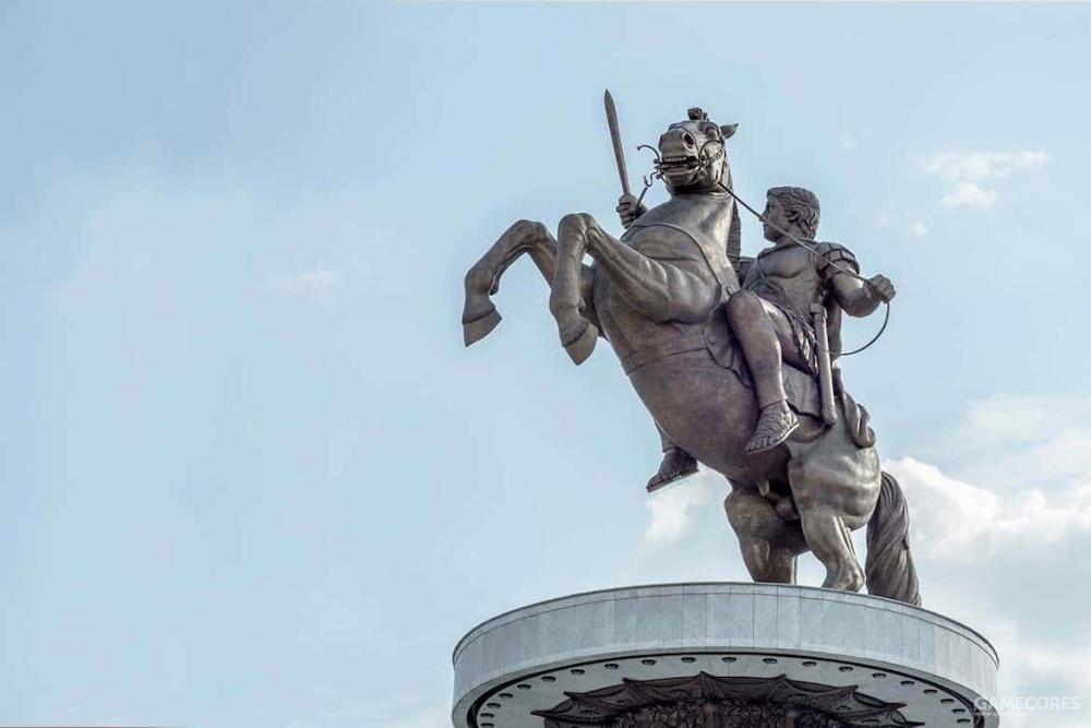 马其顿斯科普里的亚历山大雕像,根据普鲁塔克的描述和已有的塑像来看,他皮肤白皙,可能是金发。中等个头,但是非常健壮,脖颈略微扭曲,两只眼睛因为虹膜异色症呈现出不同的颜色——一只蓝色一只棕色。他的身体散发着女性的体香,声音刺耳。