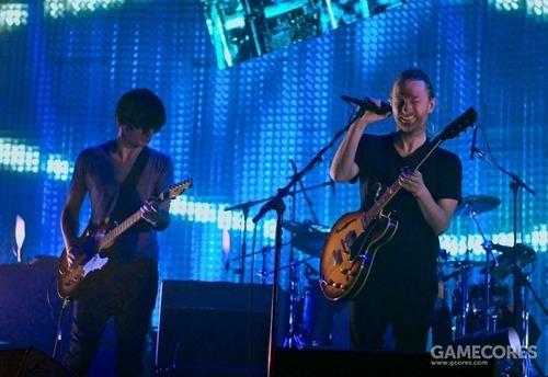 一张照片:Thom 在2010年弹着他的吉他(doylezd)。