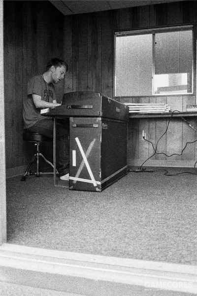 Thom 演奏这台罗兹电钢。