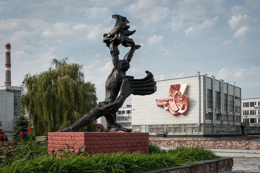 背景里是苏联范儿的方块厂房和构成主义雕塑