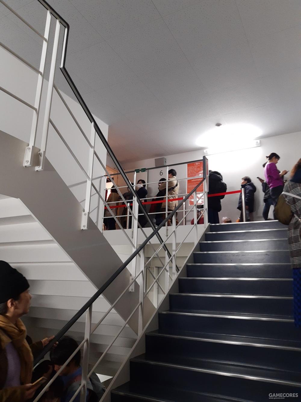 谁知道队伍隐藏在后楼梯了。