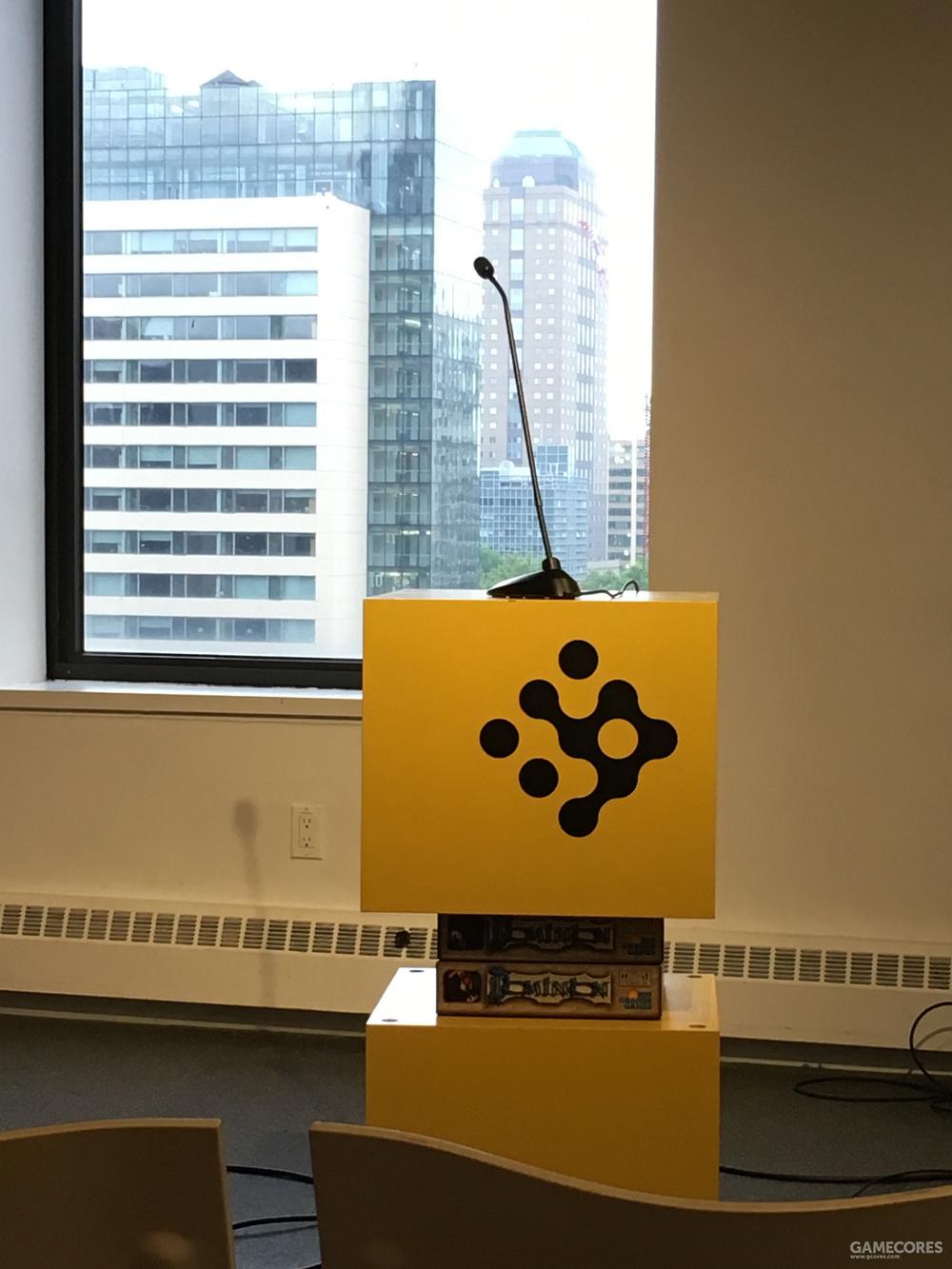 纽约大学游戏中心的黄色演讲台
