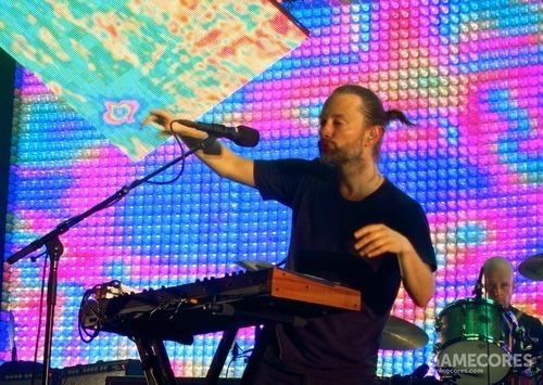 一张照片:Radiohead 在2012年10月6日的曼彻斯特表演中的 Thom 和 Prophet 08。