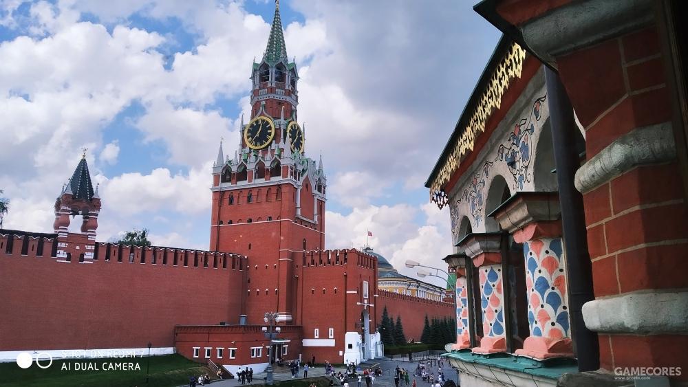 照片中心较大的塔楼为斯巴斯克塔(Спасская башня),左侧较小的为沙皇塔(Царская Башня)